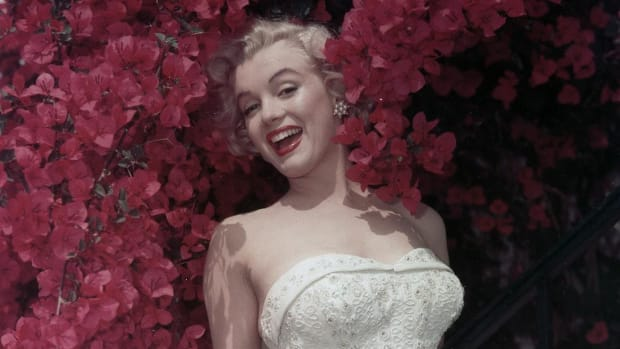 Hollywood starlet Marilyn Monroe weds Joe DiMaggio. The elopement takes place at San Francisco City Hall, and draws a record crowd.