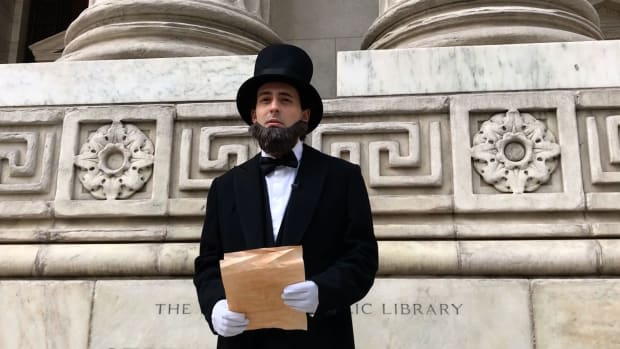 Watch as Abraham Lincoln recites his famed Gettysburg Address while touring New York City.