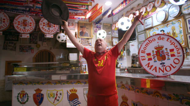 Manuel Artesero, a superman better known as 'Manolo el del bombo' (Manolo the bass drummer), is a national institution in Spain. He has become instantly recognizable by his large beret, his number 12 jersey and, of course, his famous bass drum, which he hammers throughout each and every one of Spain's international matches.