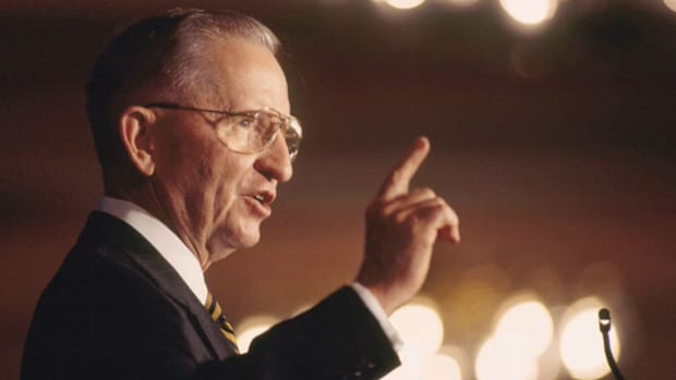 In 1996, Texas billionaire H. Ross Perot made a second bid for the U.S. presidency as an independent candidate. On the campaign trail, Perot delivers a speech warning America of impending economic doom.