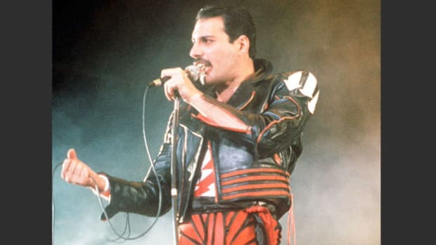 A news report announces the deaths of Freddie Mercury, lead singer of the British rock group Queen, who succumbed to AIDS on November 24, 1991, and veteran character actor Ralph Bellamy, who died on November 29 at the age of 87.