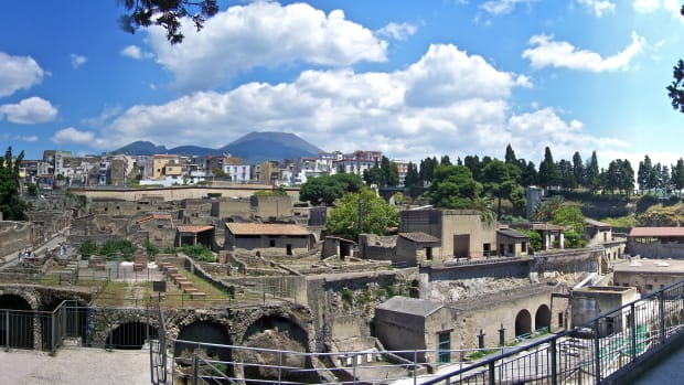 hith-eating-as-romans-ate-herculaneum_pano-2