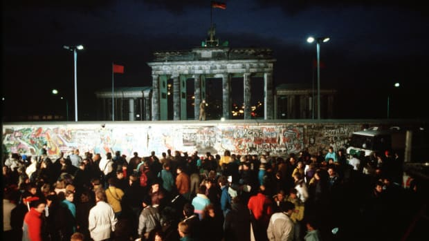 hith-10-things-berlin-wall-df-st-91-01408-2