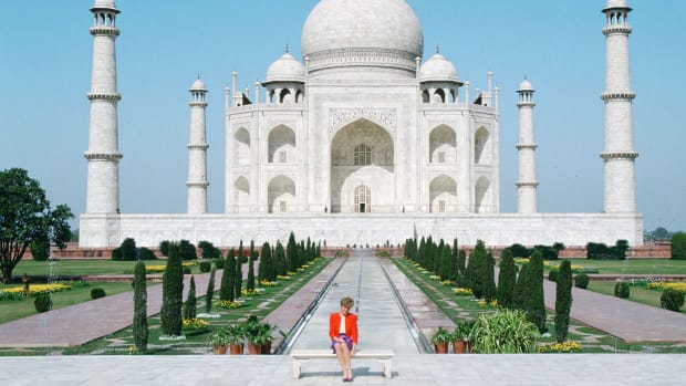 diana-princess-of-wales-sits-in-front-of-the-taj-mahal-durin