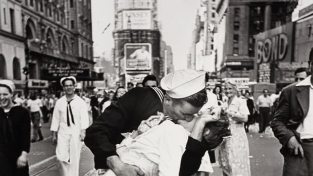 hith-vj-day-kiss-getty-images-1218020-2