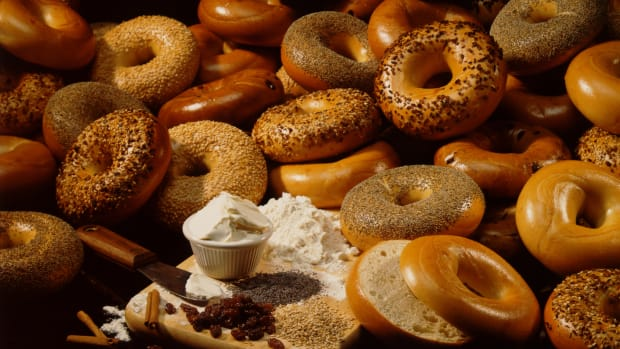 hungry-history-whats-in-a-bagel-istock_000005231669large-2