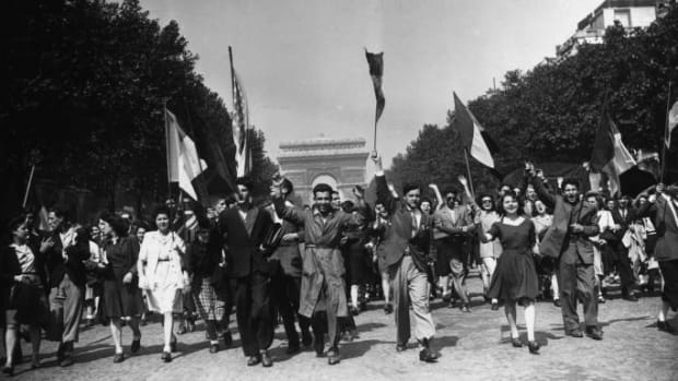 Crowds march down the Champs-Élysées on May 8, 1945. (Credit: Keystone/Getty Images)