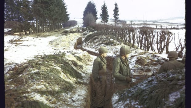 american-troops-manning-trenches-along-s