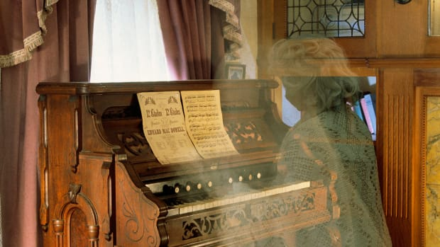 ghost-playing-organ