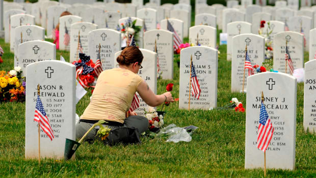 nation-pays-its-respects-for-fallen-veterans-at-arlington-national-cemetery