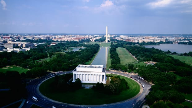 aerial-view-of-lincoln-memorial-and-washington-monument-2