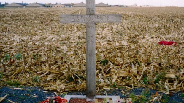 A cross, left in Comines-Warneton (Saint-Yvon, Warneton) in Belgium in 1999, to celebrate the site of the Christmas Truce during the First World War in 1914. The text reads: 1914 – The Khaki Chum's Christmas Truce – 1999 – 85 Years – Lest We Forget.