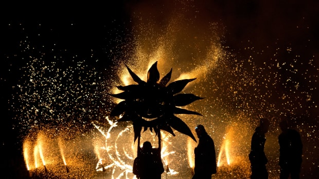 topshot-britain-offbeat-festival-fire