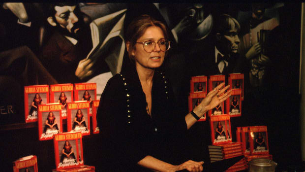 07 May 1994 — THE FEMINIST, GLORIA STEINEM, SIGNING HER BOOK — Image by © Rick Maiman/Sygma/Corbis