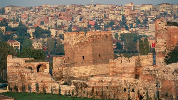 walls-of-constantinople-and-the-city
