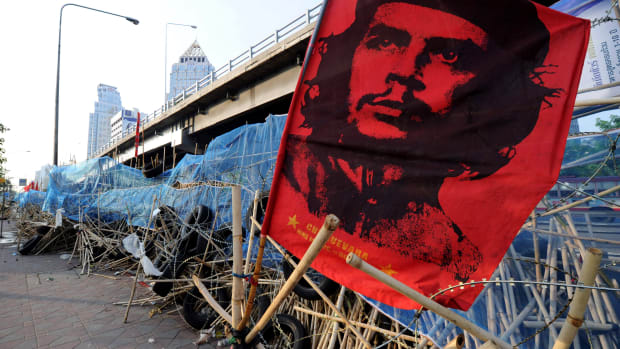 A banner bearing a portrait of Cuban revolutionary Che Guevara. (Photo credit should read HOANG DINH NAM/AFP/Getty Images)