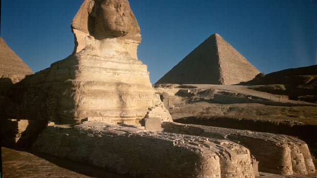 sphinx-with-great-pyramid-in-background