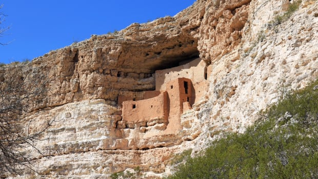 ancient-cliff-dwellings-in-montezuma-castle-national-monument-arizona