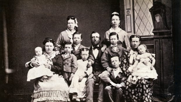 mormon-family-with-two-wives-and-nine-children