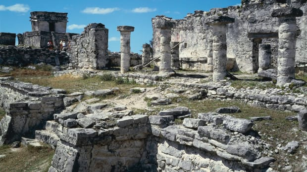 mexico-yucatan-peninsula-quintana-roo-maya-archaeological-site-of-tulum-great-palace-and-colonnade