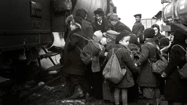 Children boarding the Kindertransport train