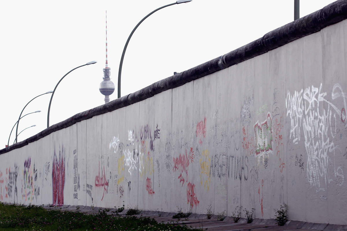 The story of Berlin Wall in pictures