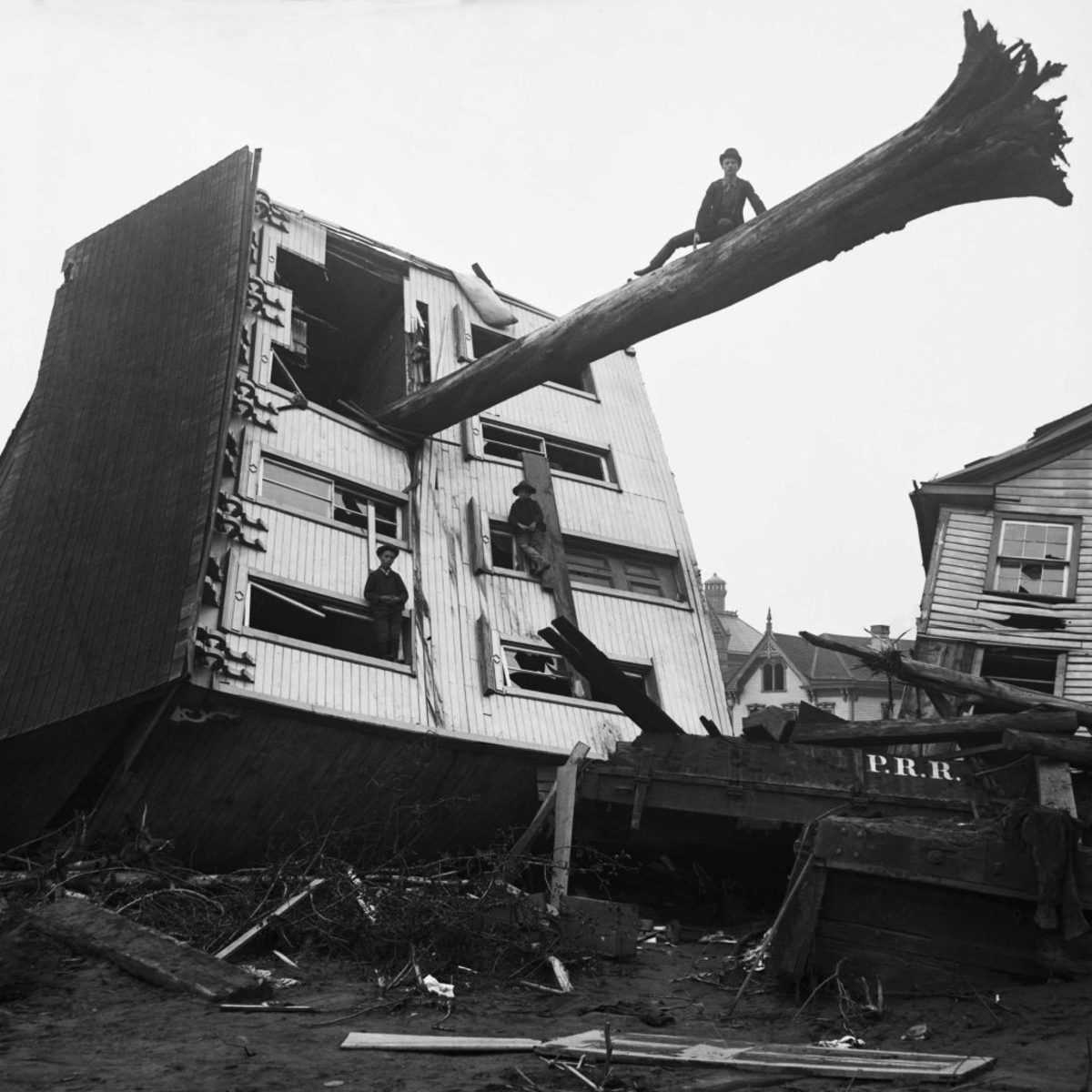 A house ripped from its foundation by the Johnstown flood, with a tree trunk sticking out of a window. (Credit: Bettmann Archive/Getty Images)