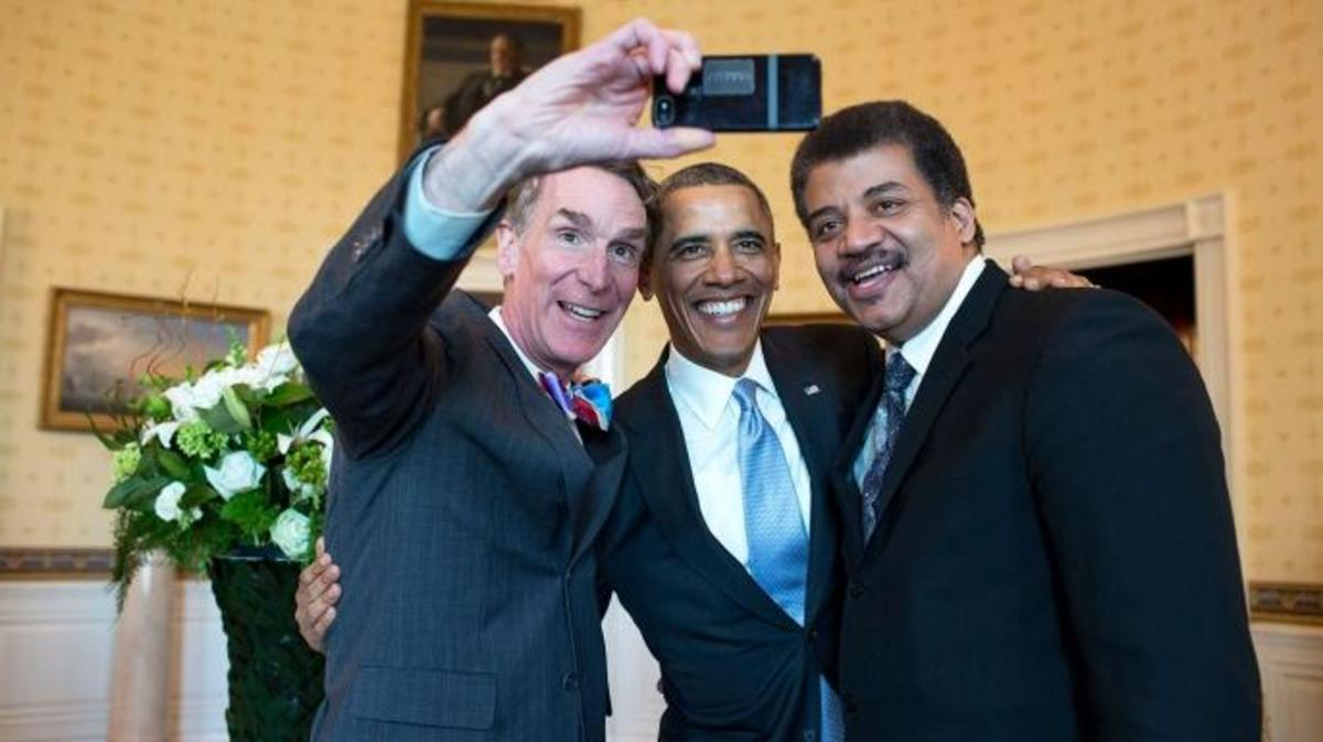 US.. President Barack Obama poses for a selfie with Bill Nye, left, and Neil DeGrasse Tyson in the Blue Room. (Credit: White House Photo / Alamy Stock Photo)