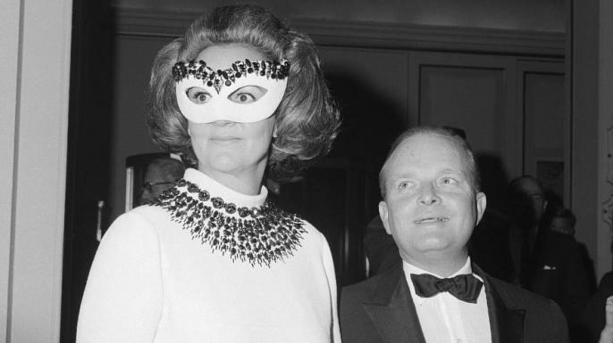 Truman Capote arrives at the Hotel Plaza Katherine Graham, the guest of honor of the Black & White Ball.