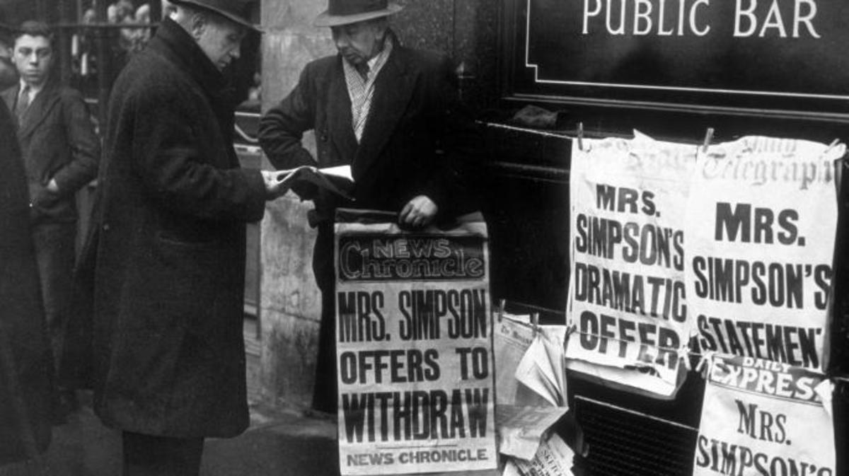 8th December 1936:  Latest newspaper editions on sale, with up to date news of Edward VIII's abdication.  (Credit: J. A. Hampton/Topical Press Agency/Getty Images)
