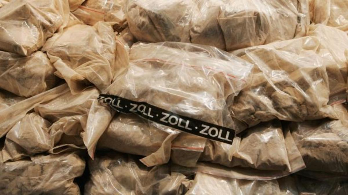 Munich police display 120 kilos of heroin that was seized from Turkish smugglers. (Credit: Jan Pitman/Getty Images)
