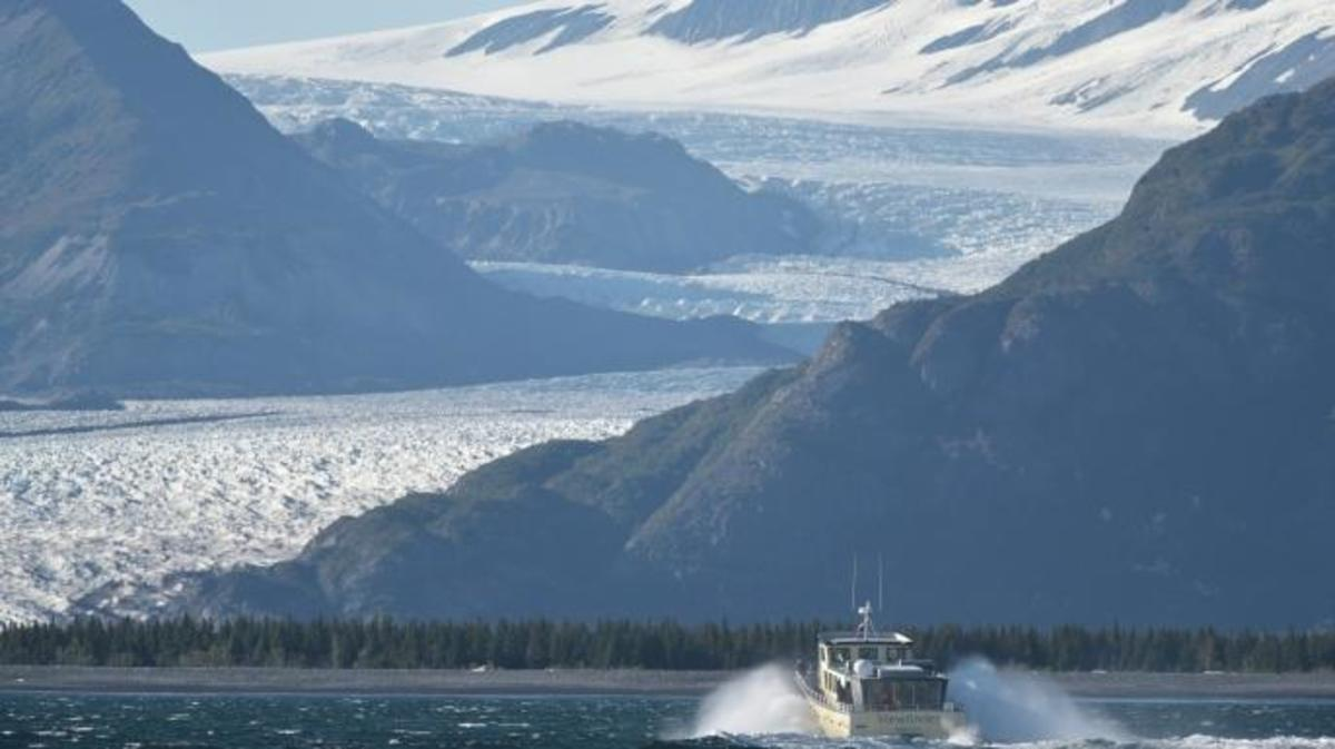 """The """"Viewfinder"""" carrying US President Barack Obama approaches Bear Glacier during a tour of the Kenai Fjords National Park on September 1, 2015 in Seward, Alaska. Bear Glacier is the largest glacier in Kenai Fjords National Park. AFP PHOTO/MANDEL NGAN"""