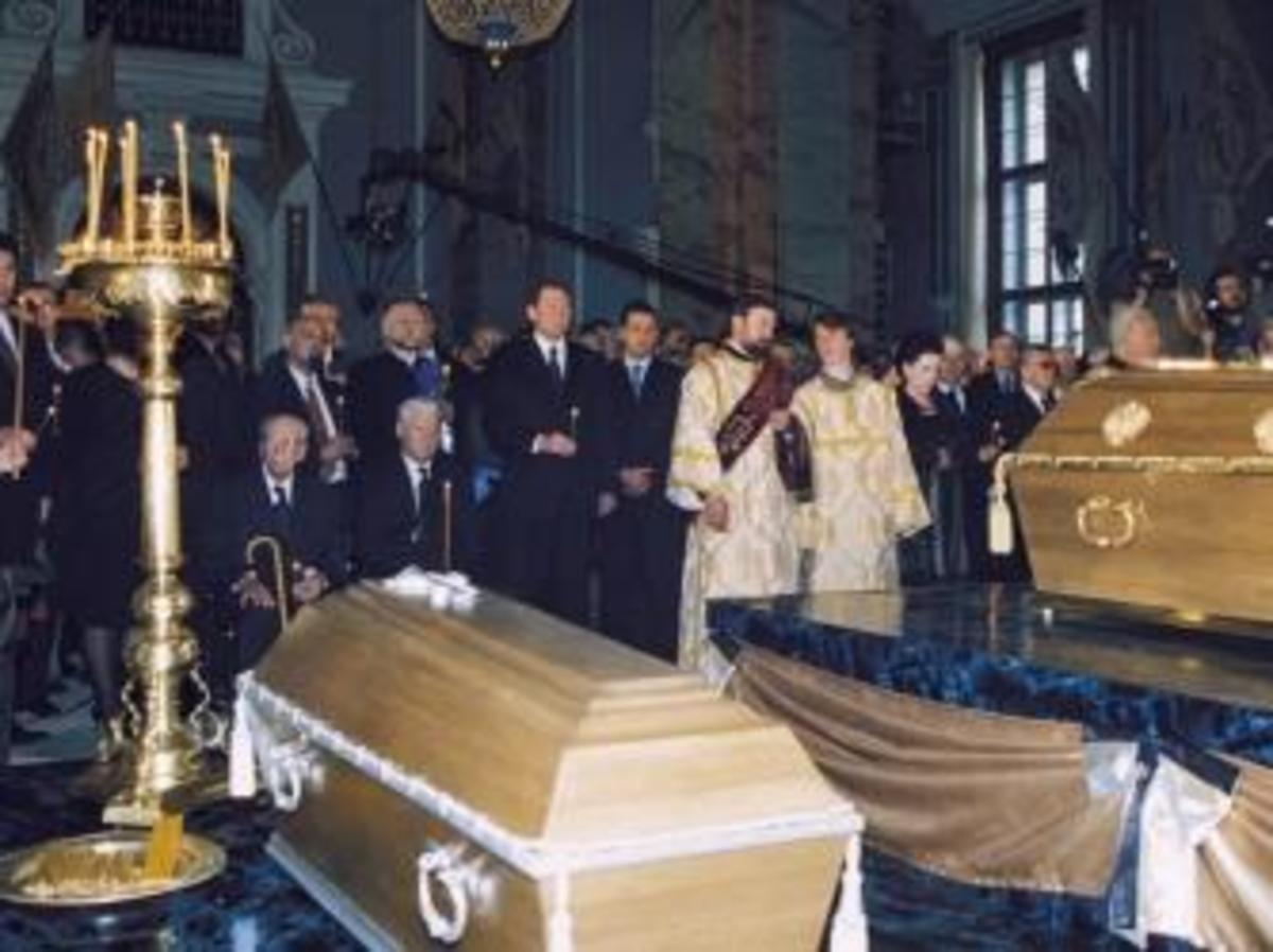 The burial ceremony for the remains of Nicholas ll and his family at St. Peter and Paul Cathedral in St. Petersburg, Russia, 1998. (Credit: Sovfoto/Getty Images)