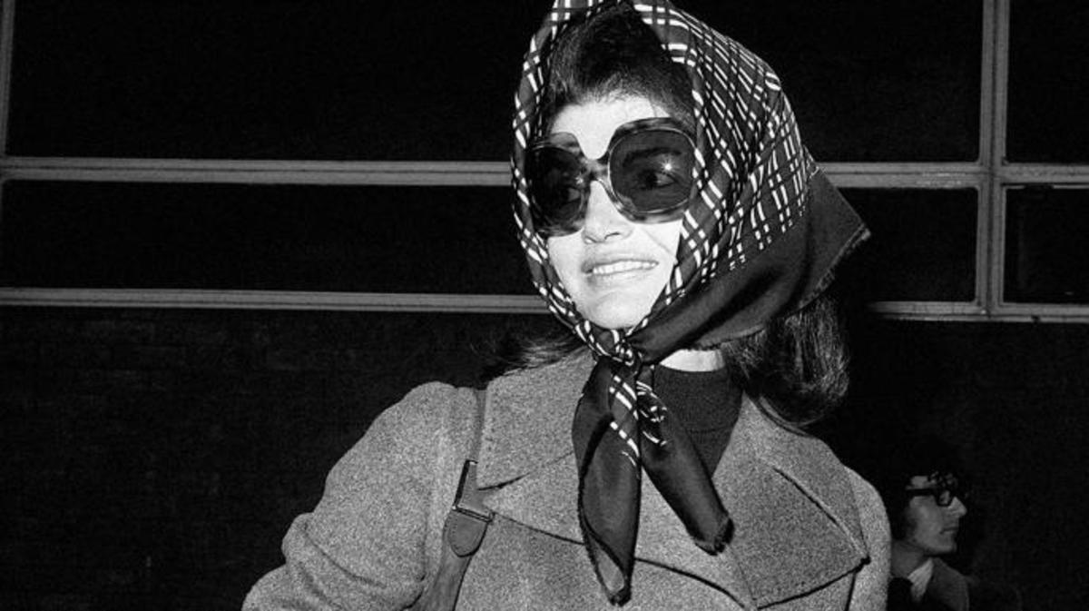 Jackie Onassis at the London Airport. (Credit: PA Images / Alamy Stock Photo)