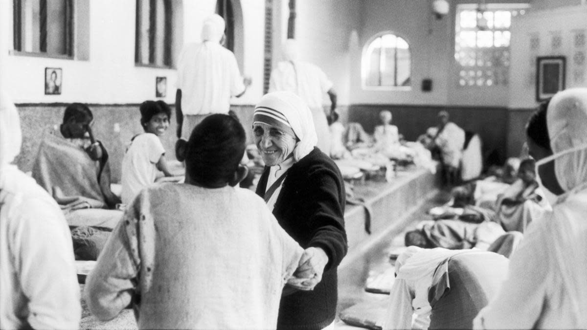 Mother Teresa visiting the 'House of Pure Hearts', a community she founded in 1952, in the Kalighat neighborhood. (Credit: Jack Garofalo/Paris Match via Getty Images)