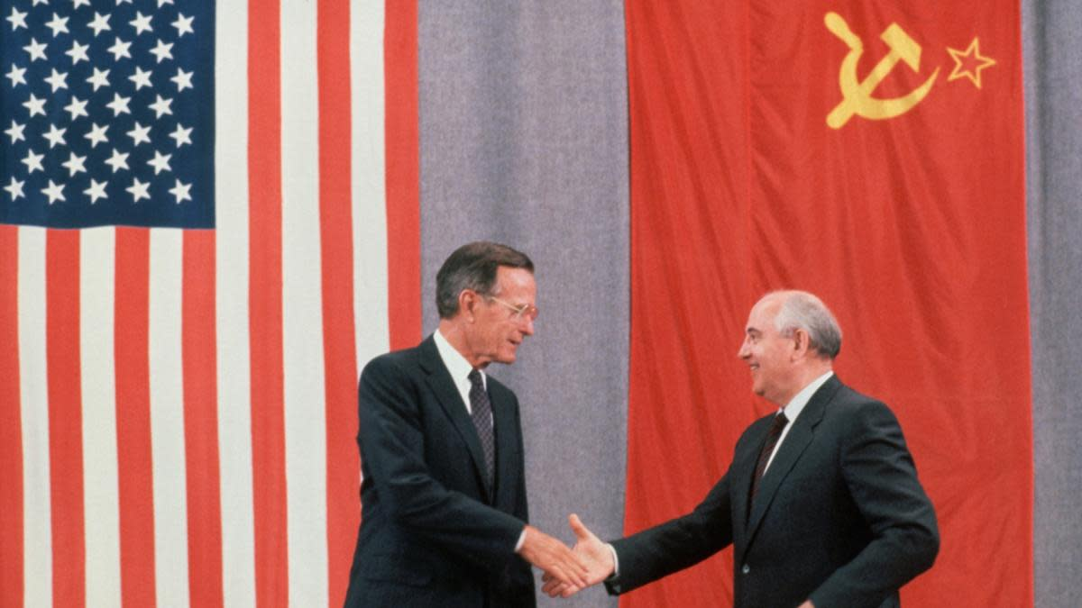 Presidents Bush and Gorbachev shaking hands at the end of a press conference about the peace summit in Moscow. (Credit: Peter Turnley/Corbis/VCG via Getty Images)
