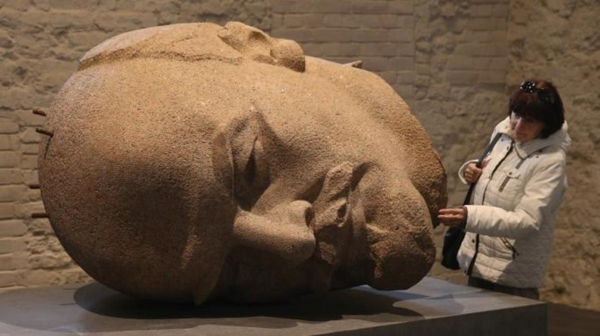 Bust of Russian revolutionary Vladimir Lenin at an exhibition.  (Credit: Sean Gallup/Getty Images)