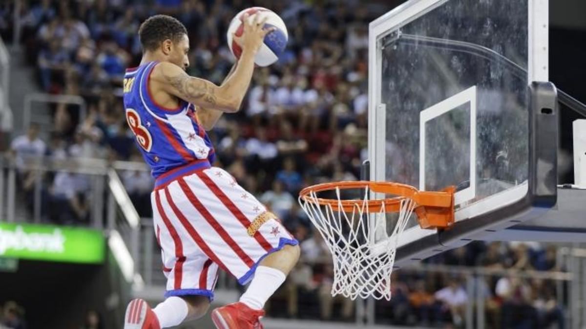 Carde 'Rocket' Pennington of Harlem Globetrotters dunks the ball during the exhibition game between Harlem Globetrotters and World All-Stars at Laszlo Papp Budapest Arena on June 2, 2016 in Budapest, Hungary. (Credit: Laszlo Szirtesi/Getty Images)