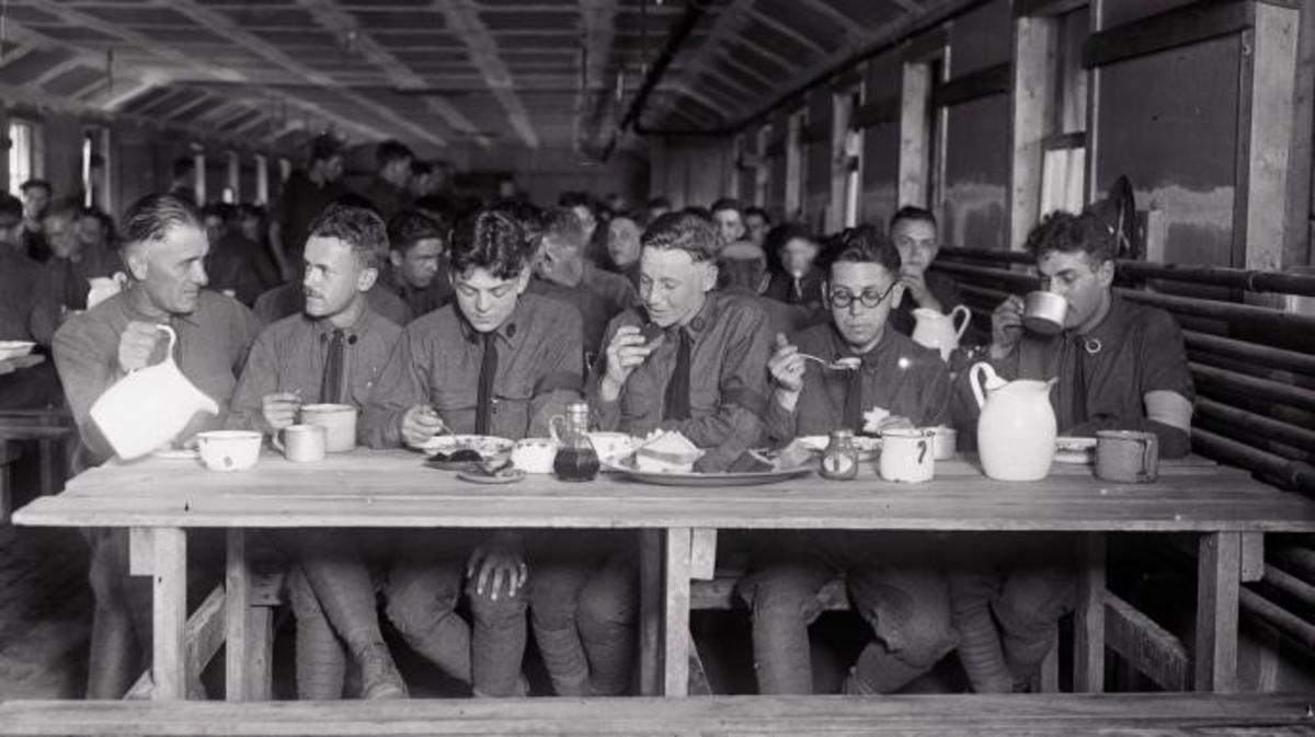 Mealtime at Camp Plattsburg. (Credit: Bettmann/Getty Images)