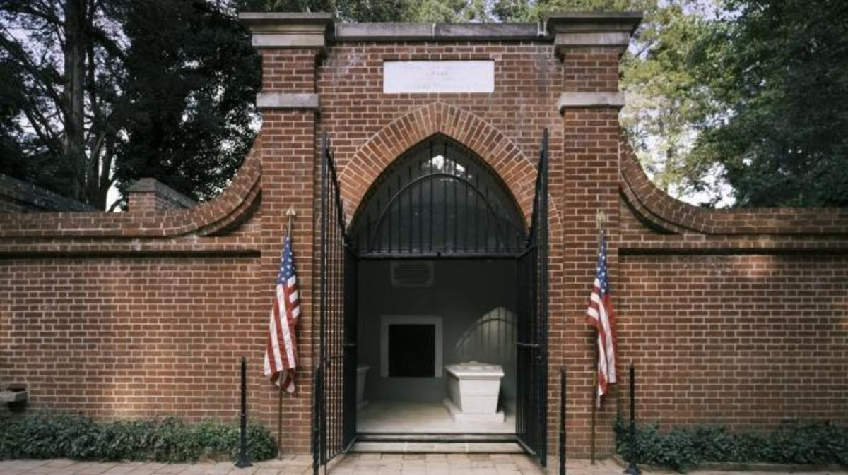 The tomb of George Washington, Mount Vernon, Virginia present day. (Credit: Carol M. Highsmith/Buyenlarge/Getty Images)