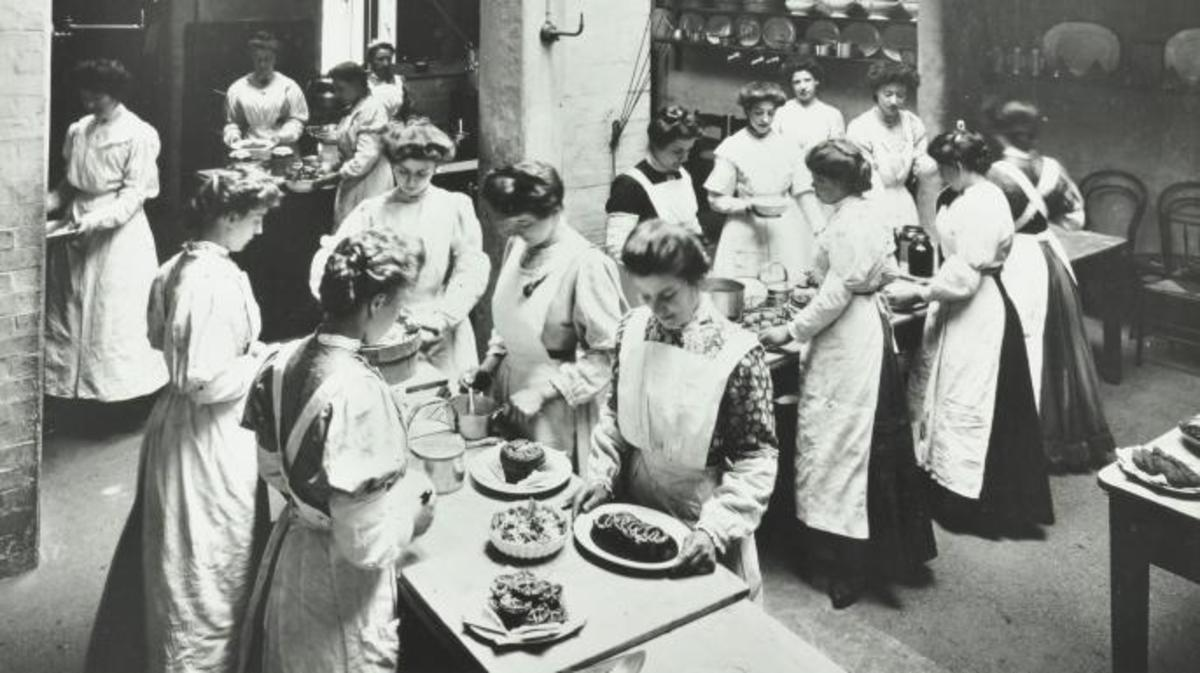 A class at the National Training School of Cookery, London, 1907. (Credit: City of London: London Metropolitan Archives/Heritage Images/Getty Images)