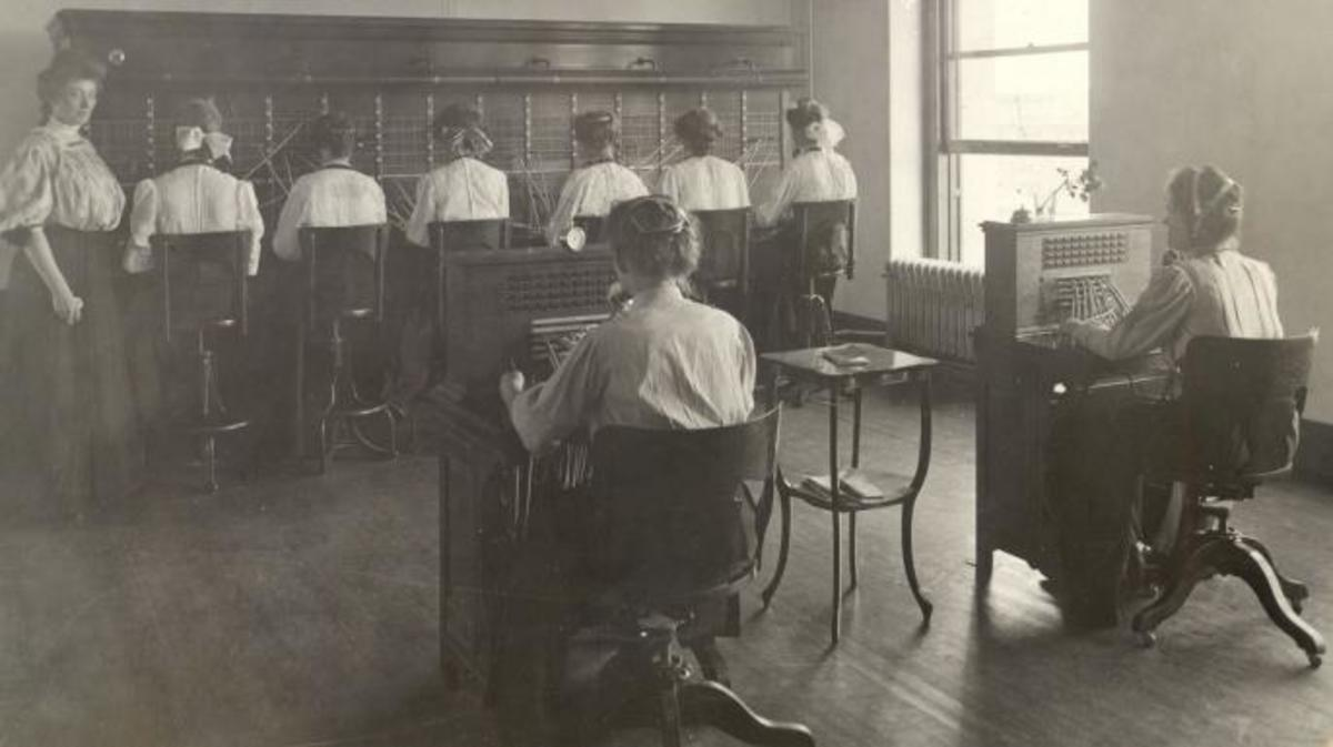Operators training in switchboard technique, Denver 1910. (Credit: The Telecommunications History Group)