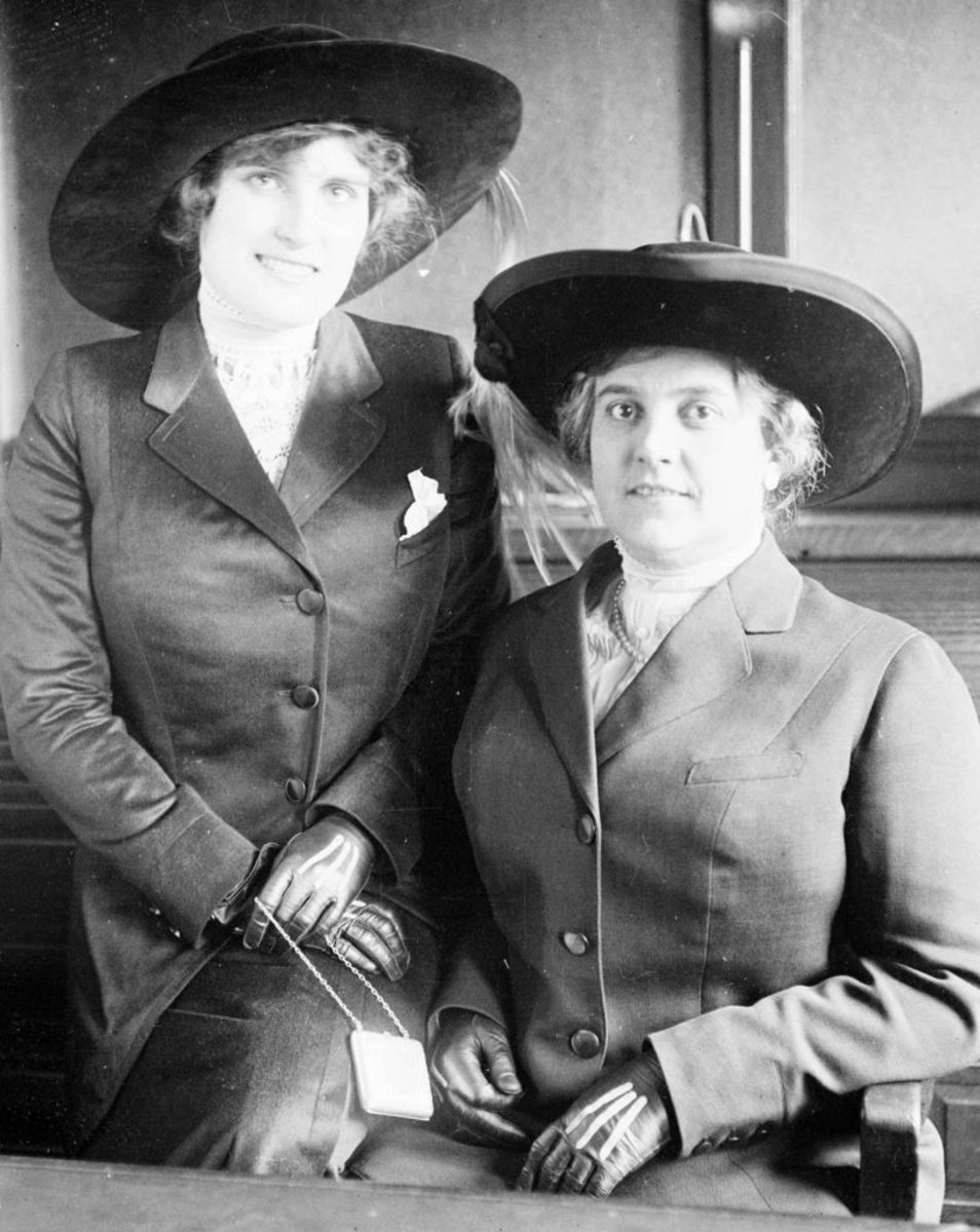 Lucille Cameron with her mother Mrs. F. Cameron Falconet, 1912. (Credit: Chicago History Museum/Getty Images)