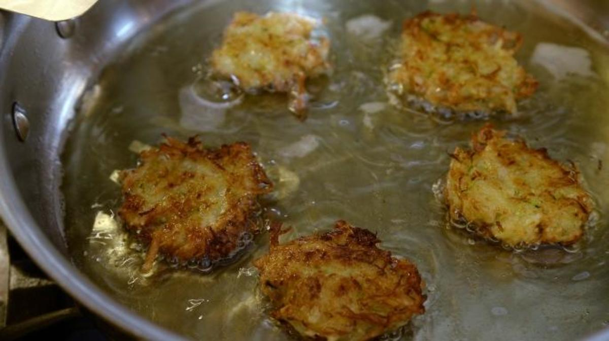 Award-winning latke maker Agnes Dwenger frying latkes. (Credit: The Denver Post/Getty Images )
