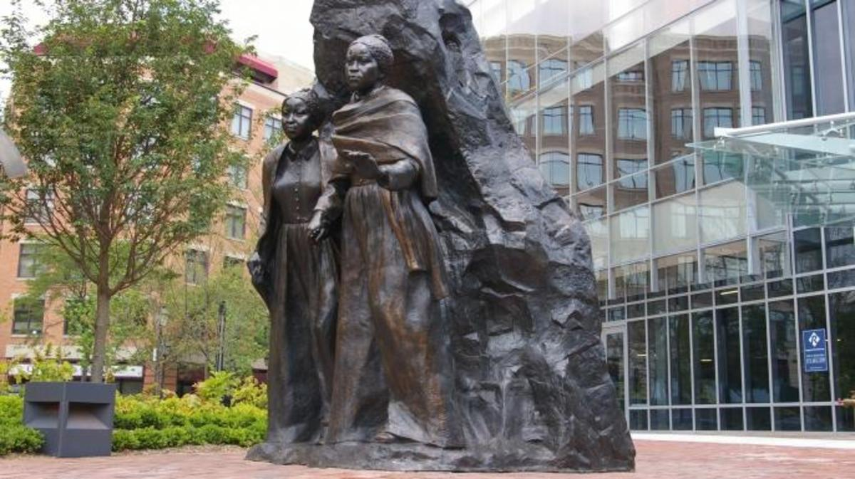Ten foot tall bronze sculpture of the Edmonson Sisters by sculptor Erik Blome on Duke Street in Alexandria VA. (Credit: Bronzecastman/Wikimedia Commons/CC BY-SA 3.0)