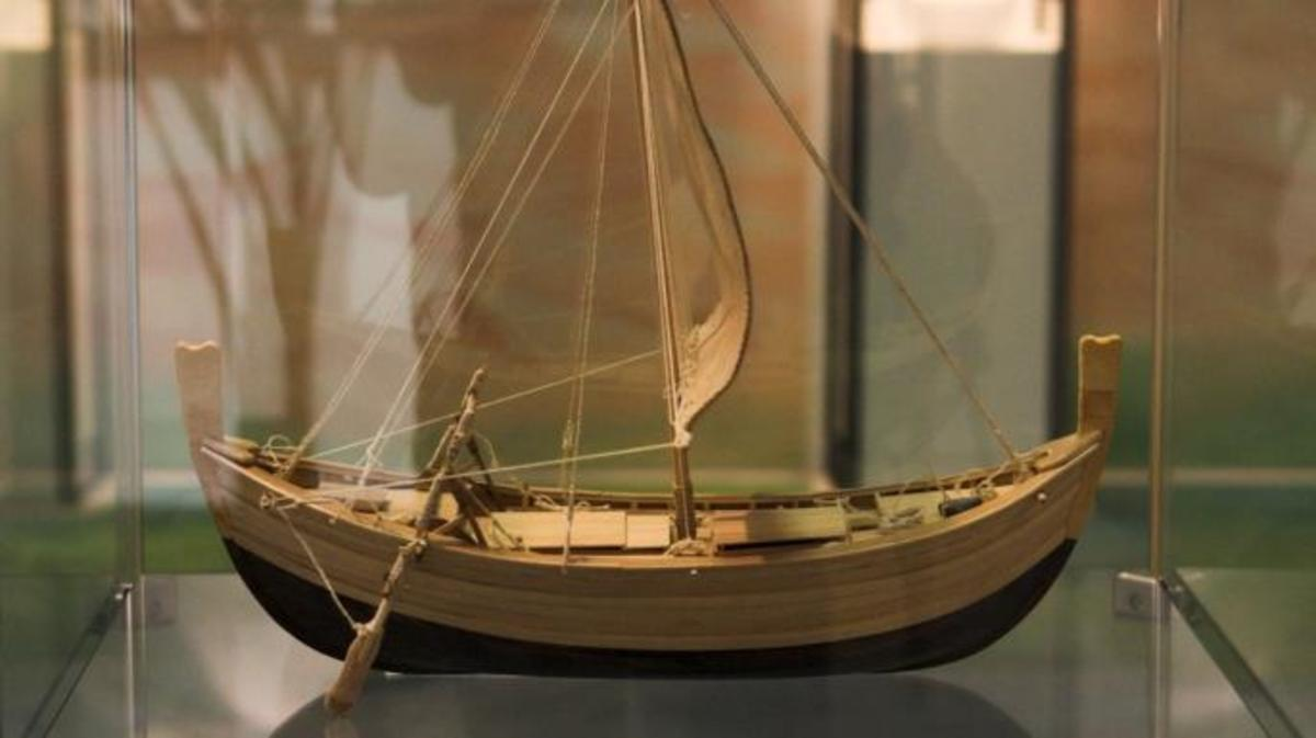 Wooden model of the ship found at Uluburun.