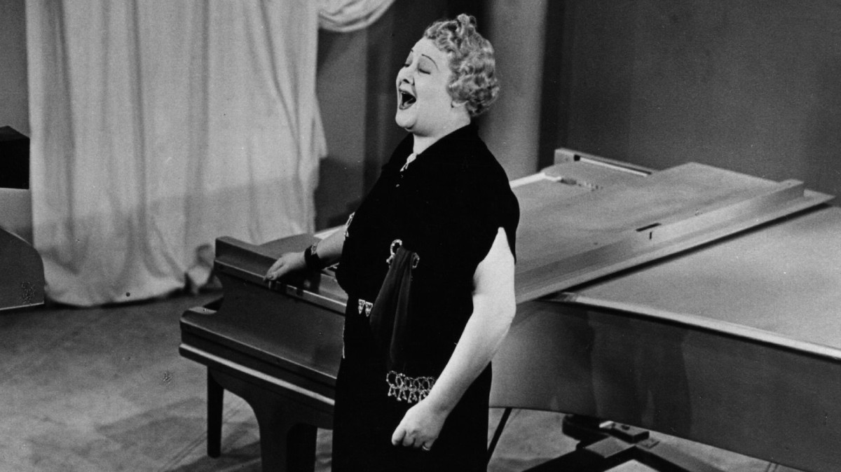 Sophie Tucker singing for the BBC in 1936.