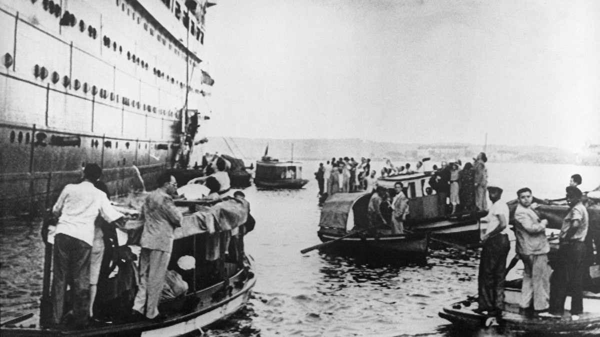 After the refugees were denied entry in Havana, Cuban soldiers stayed at the port to assure that the refugees return to the ship.