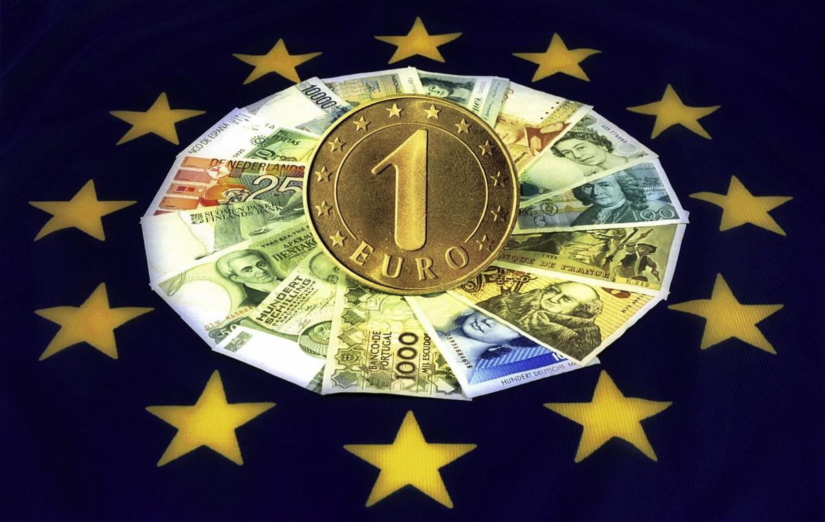 The currencies of the 15 EU-member countries over their flag and a 1 EURO coin.
