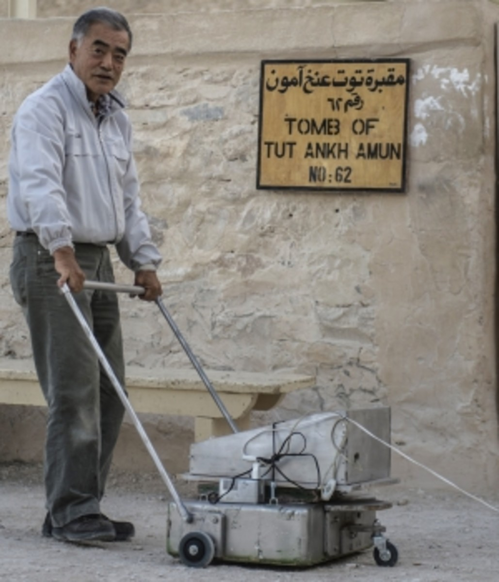 Hirokatsu Watanabe with his radar equipment outside King Tutankhamen's burial chamber.